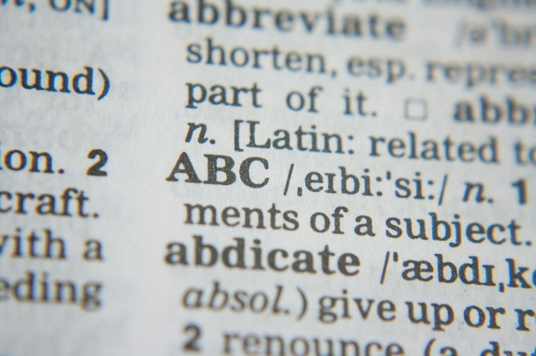 Page de dictionnaire avec les lettres ABC qui ressortent en premier plan.