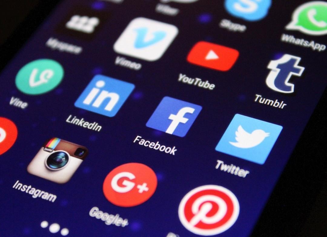 écran de téléphone avec les applications des réseaux sociaux.